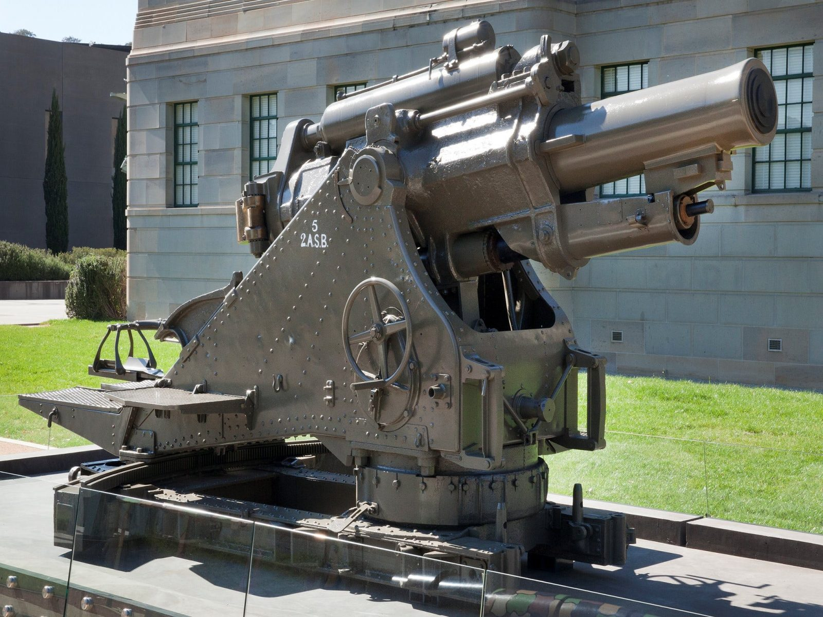 A 9.2-inch howitzer, made in 1917. (RELAWM15742)