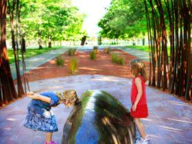 Children playing among the sculptures. Photo by Jinkyart