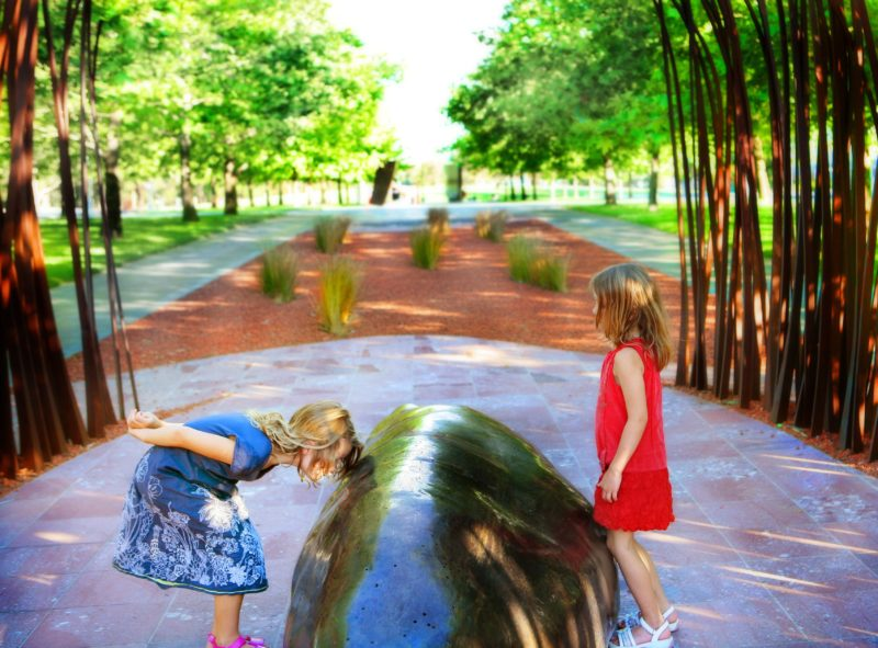 Children playing among the sculptures. Photo by Jinkyart