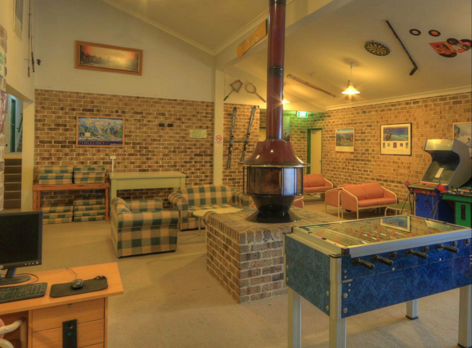 Acacia Snowy Motel