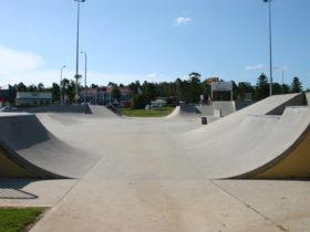Skateboard jump pipe