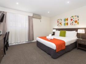 Renovated King room at Comfort Inn Aden Mudgee