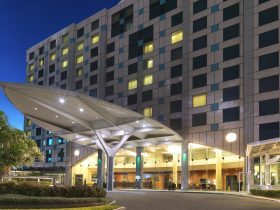 Holiday Inn Sydney Airport Entrance