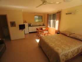 Cosy self catering accommodation, dogs welcome inside (byo bed)