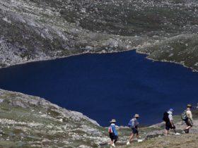 Kosciuszko-National-Park lake walkers