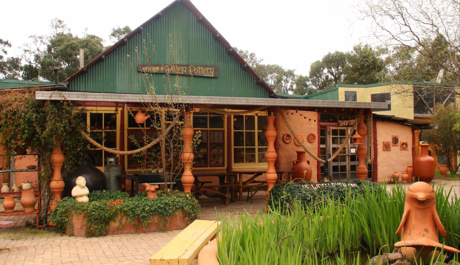 Pilliga Pottery cafe courtyard photo