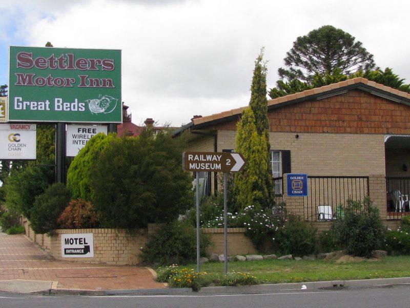 Settlers motor inn and sign