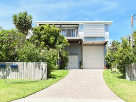 Accommodates up to 10 guests. Close to Shoal Bay beach.