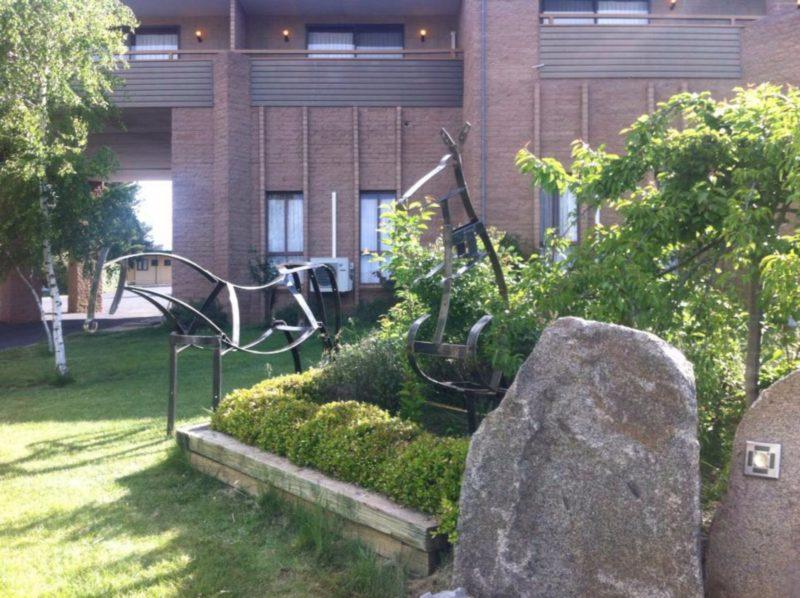 Southern Cross Motor Inn sculptures by award winning artist Gary Rae