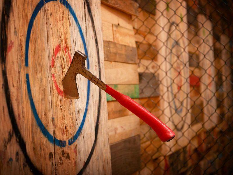 Throw Axe Bulls Eye, axe into timber target