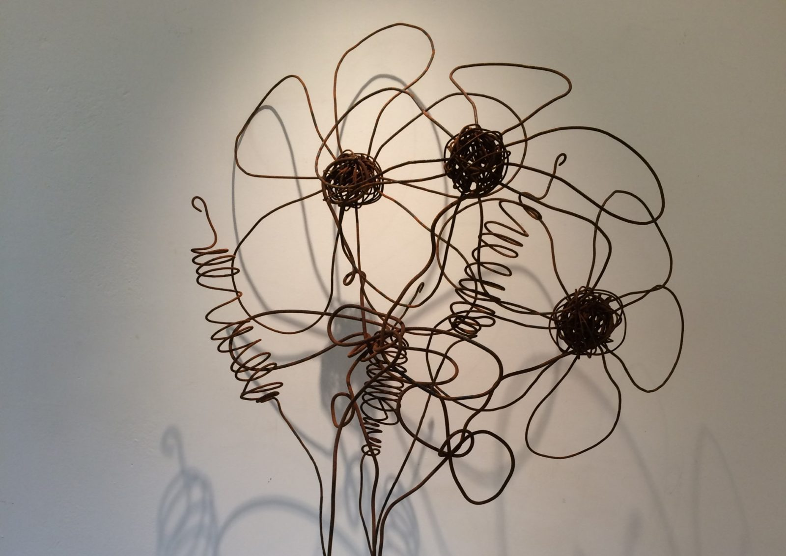 Daisies sculpted out of wire by Leanne Kelly