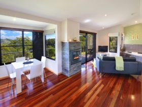 Cockatiel cottage - polished timber floors - expansive views