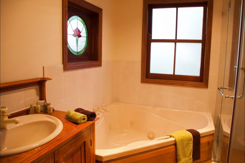 Oak Cottage Spa Bath
