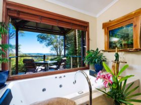 Lakeview Cottage Spa Bath
