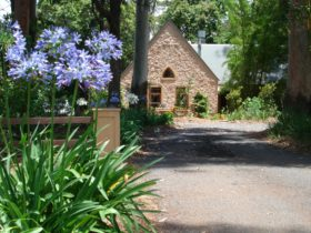 Private accommodation for couples right next door to Queensland's oldest National Park