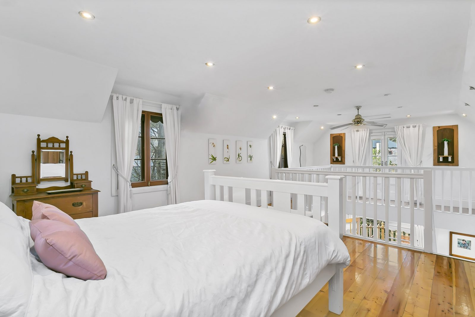 A very comfortable queen size bed located in the loft. Amazxing views and a private balcony as well!
