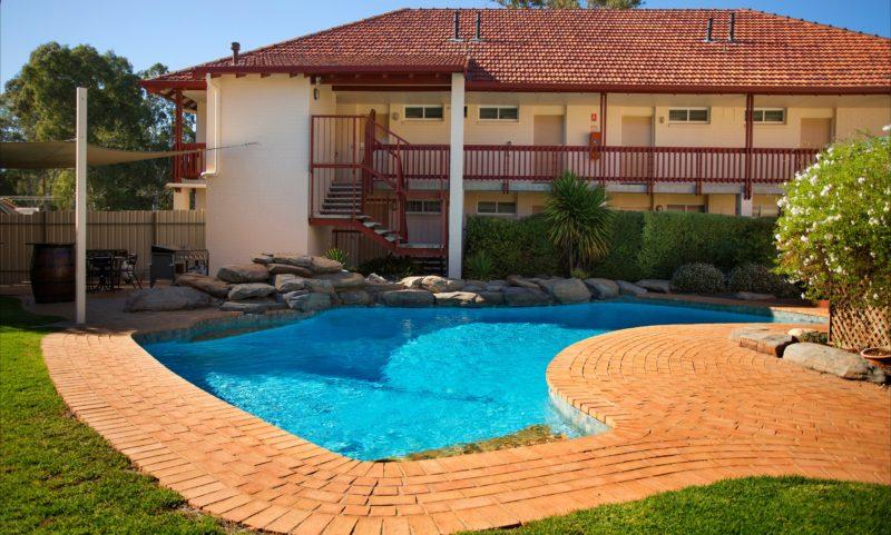 Vine Inn Outdoor Pool & BBQ