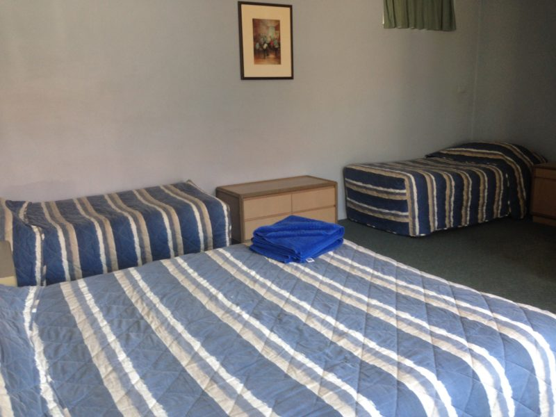 1xqueen and 2xsingle beds