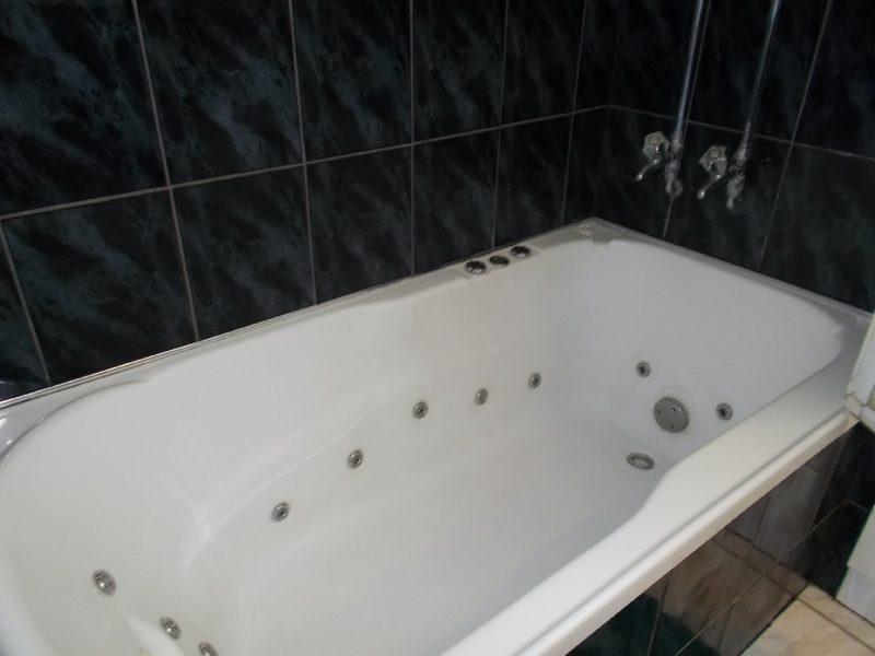 Cross roadds Traveller`s Rest - relaxe & enjoy a spa bath. spa bath.