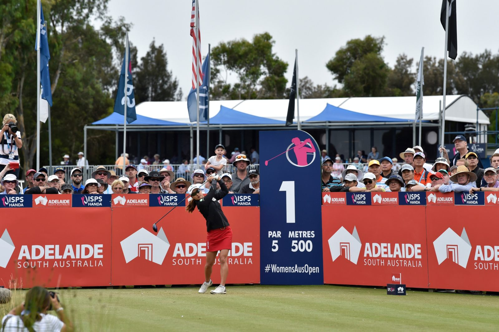 Crowds gather at the first tee