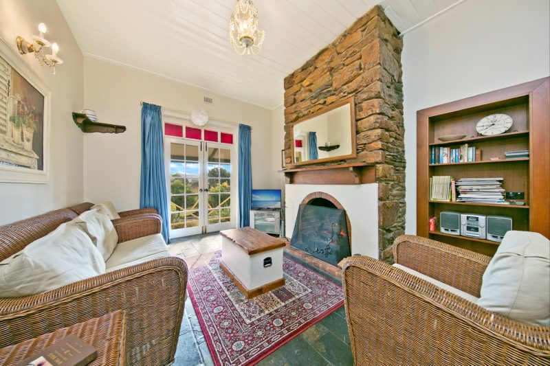 Mt Bera Vineyard Cottage BnB lounge room
