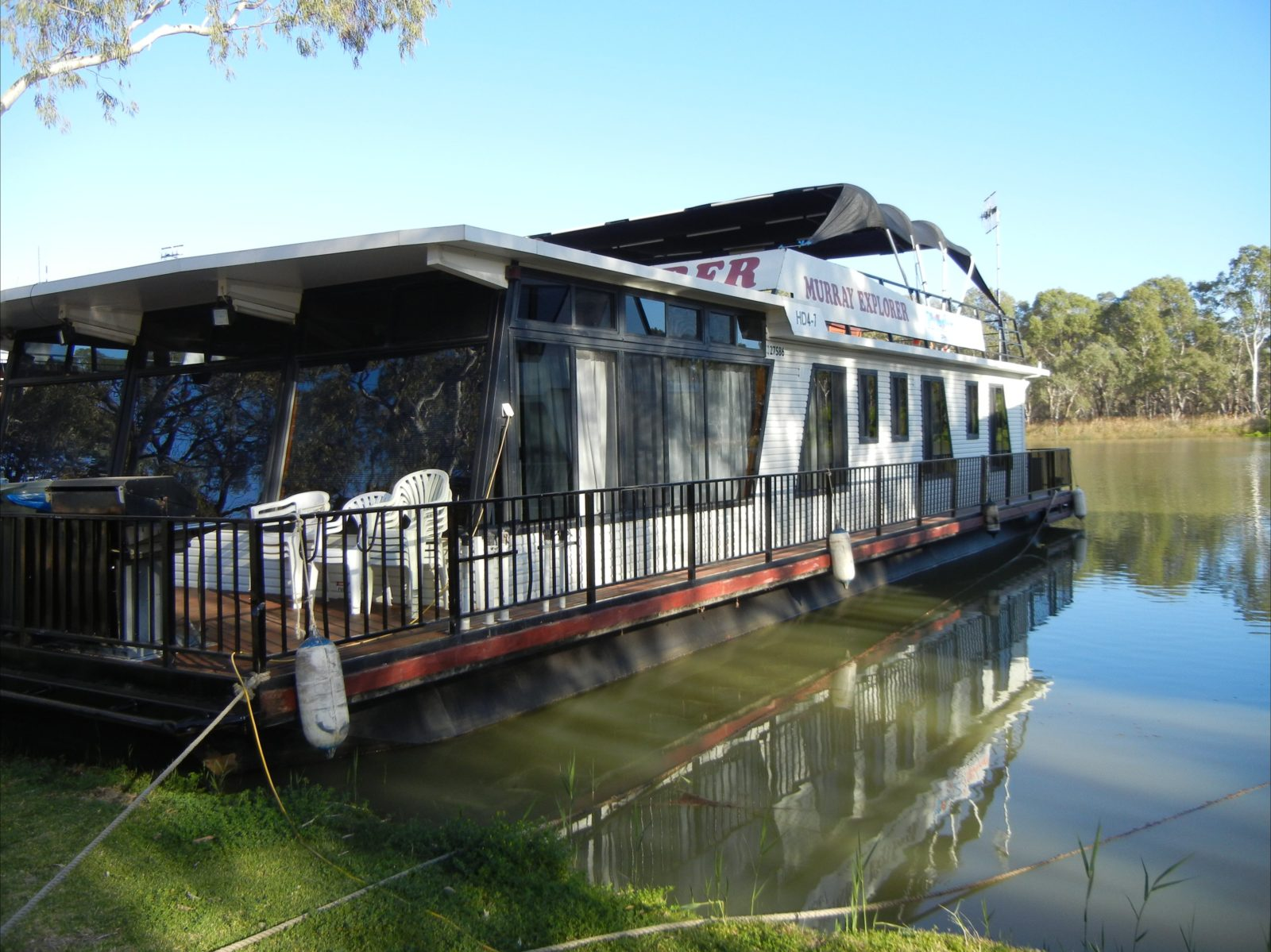 Murray Entertainer at Paringa with easy boarding access