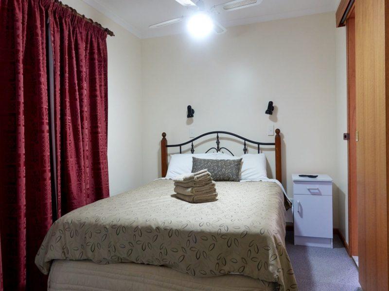Superior Apartment Main Bedroom - Port Vincent Motel and Apartments