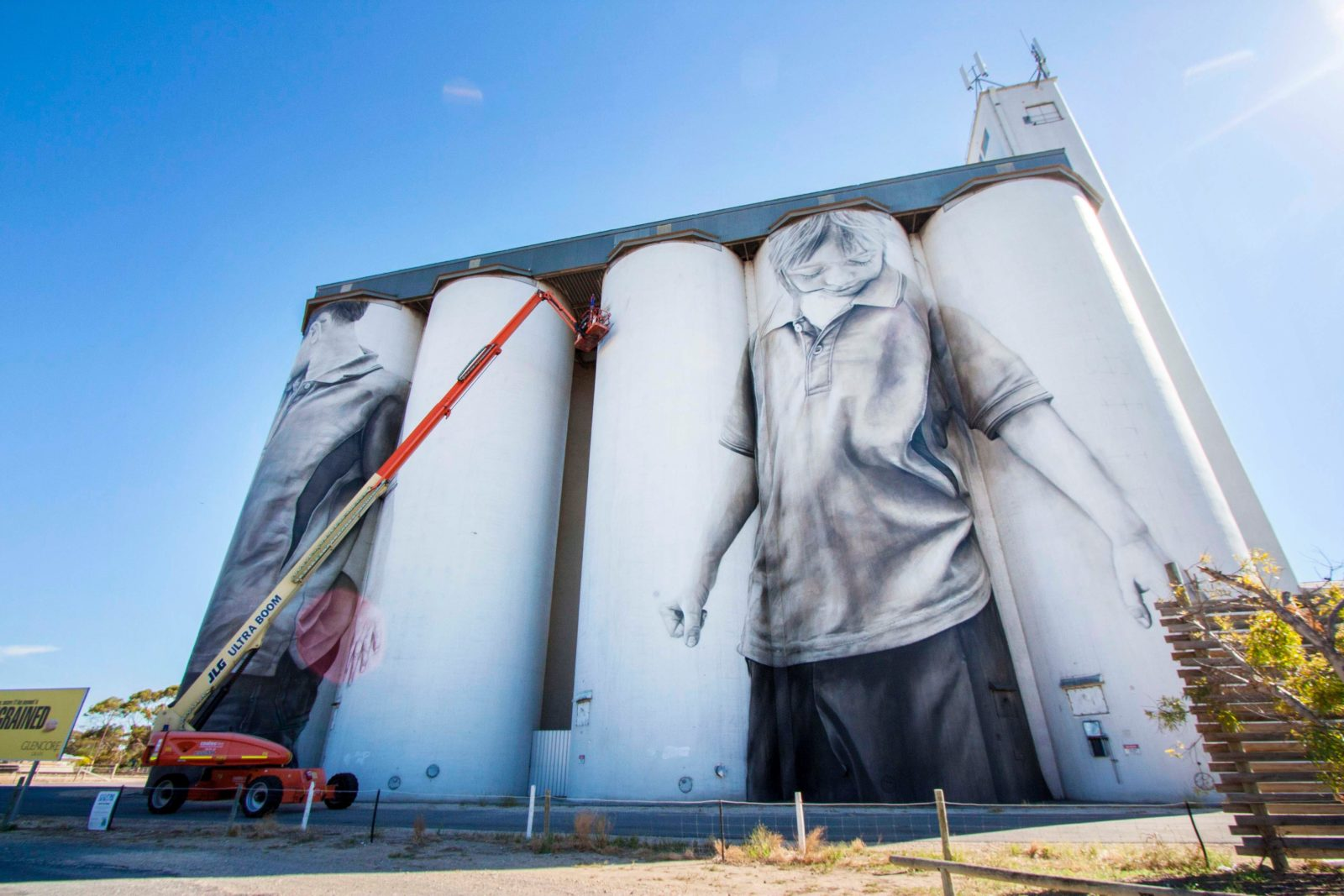 Coonalpyn Silo Mural - artist at work