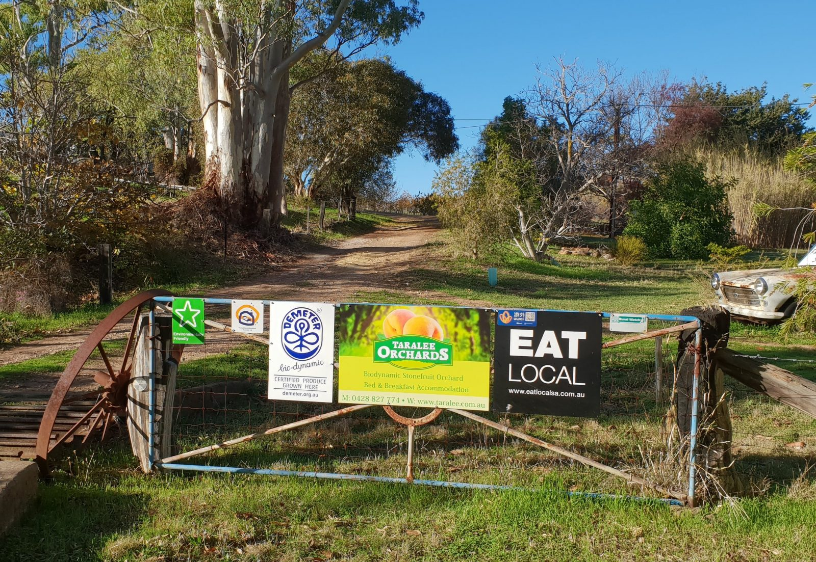 Entrance to taralee Orchards driveway,