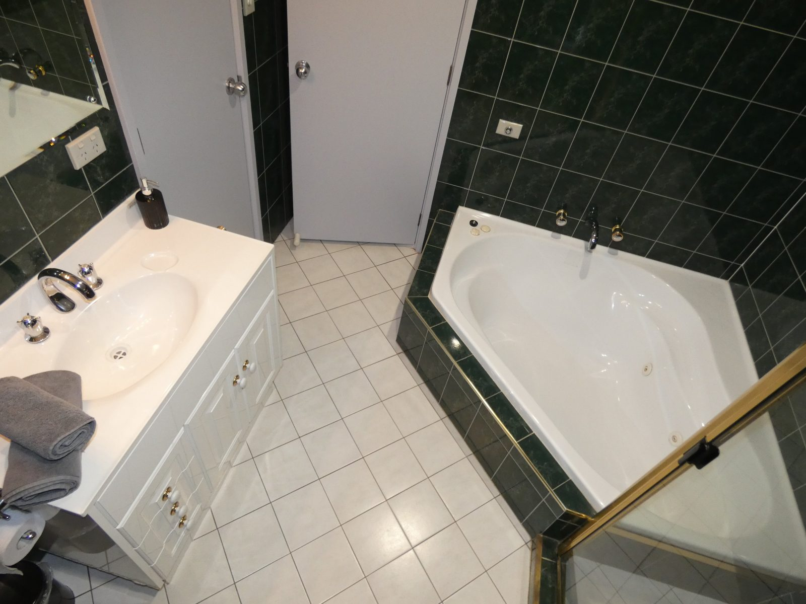 Dove bathroom with spa