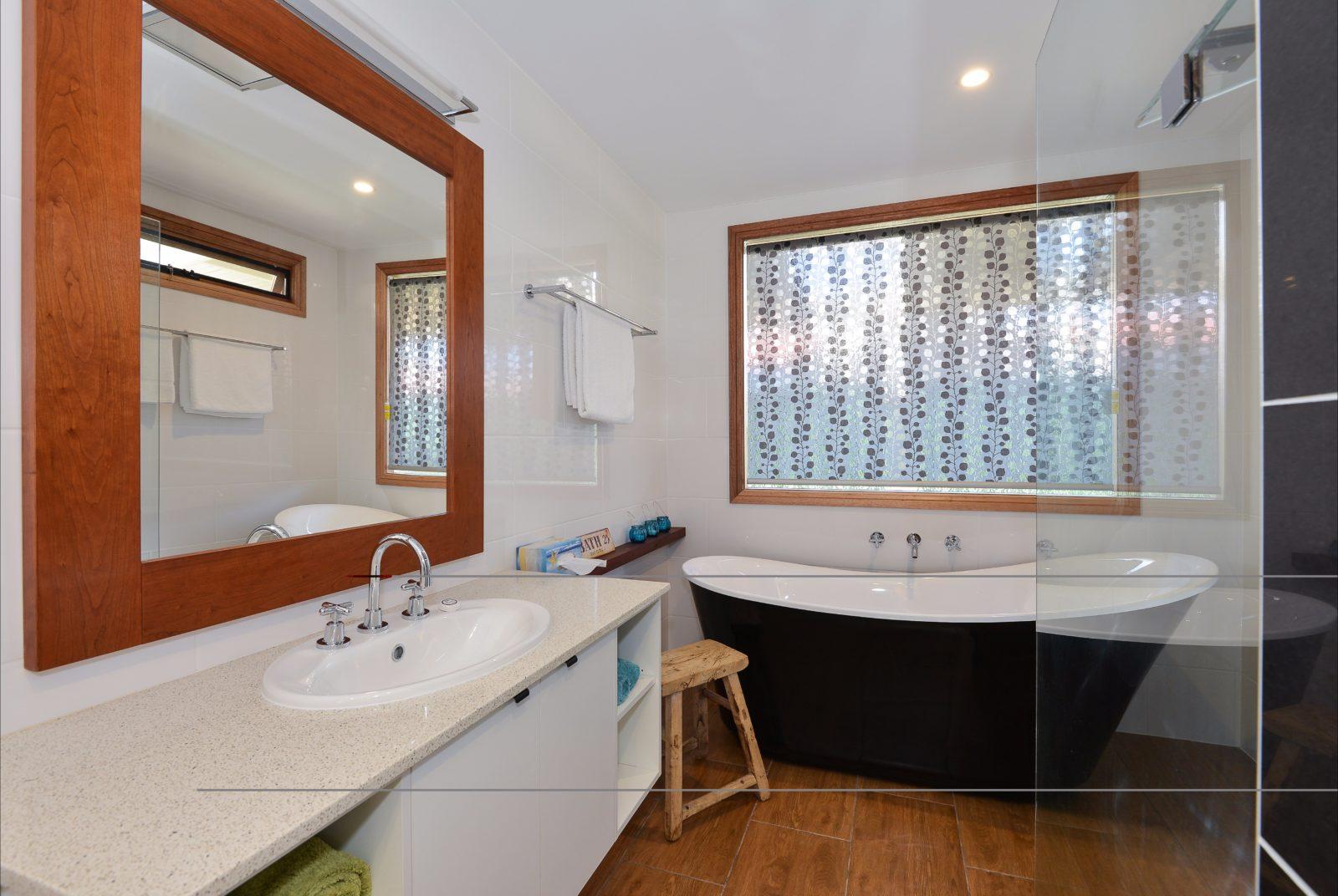 Maids Cottage bath