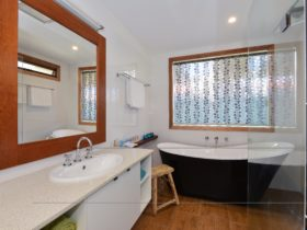 Maids Cottage bath