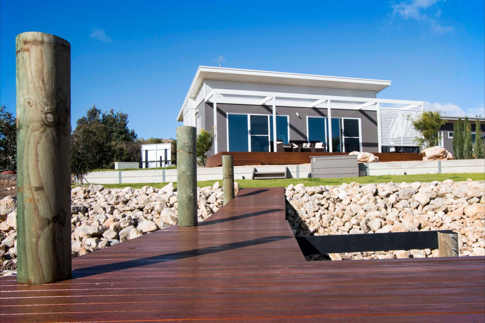 Sarah's Holiday House - modern fitout and absolute waterfront