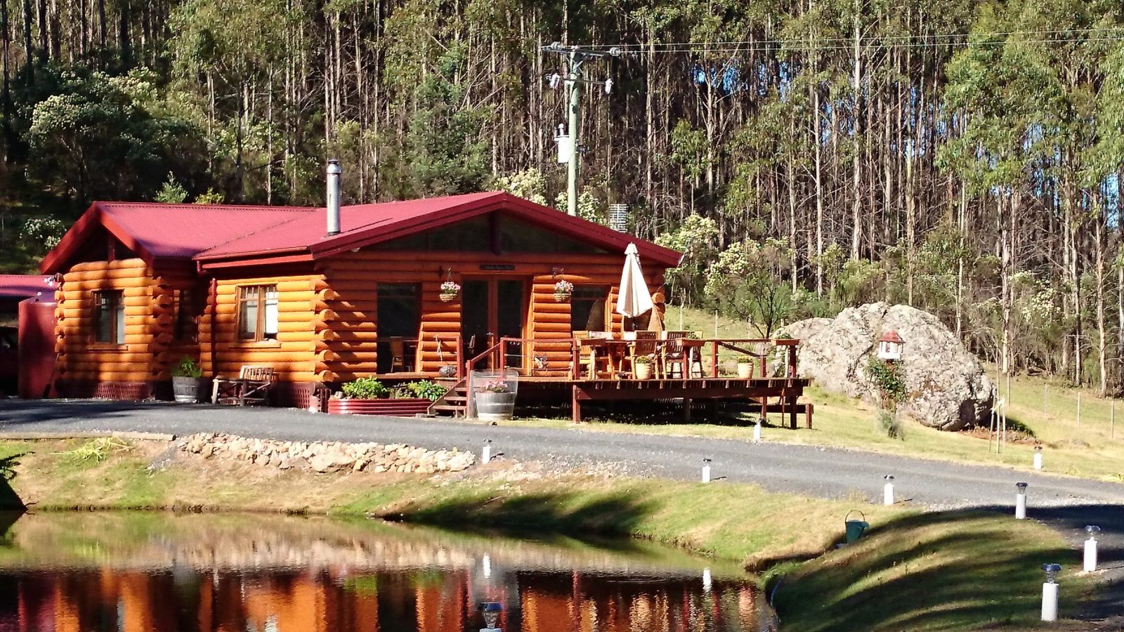 Frontal view of the log chalet