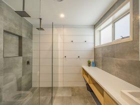 Baileys Beach House - Bathroom 1 - Bay of Fires
