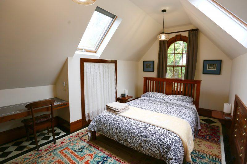 Light airy studio bedroom, queen bed