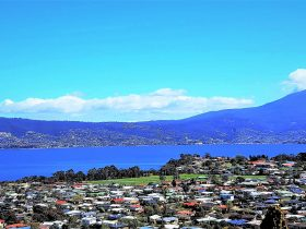 Stay & experience panoramic views of Hobart, Mt.Wellington & the Derwent River.Simply Sensational.