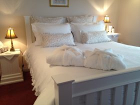 Ellie's Spa Cottage - romantic bedroom