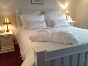 Ellie's Spa Cottage - romantic bedroom