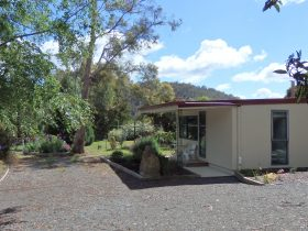 Karoola Cottage has free parking