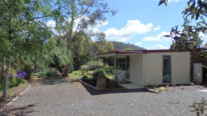Karoola Cottage has free parking