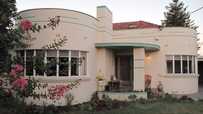 Art Deco house built in 1947 with beautiful waterfall windows.