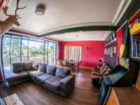 Bairnsdale Workers Accommodation Retro Loungeroom