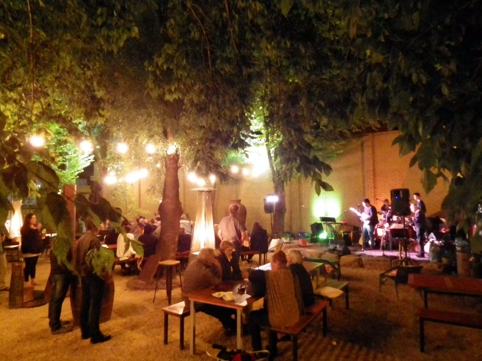 Bracket and Jam at the Delatite Hotel Courtyard