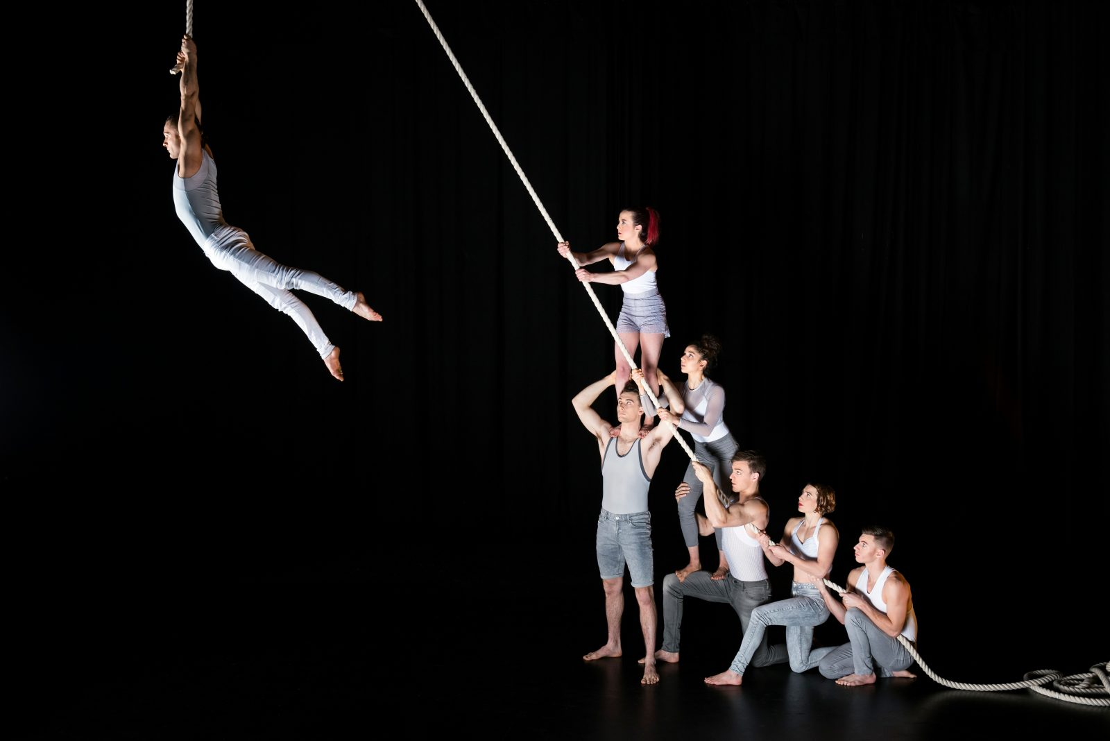 By a Thread - 7 acrobats, 30 metres of rope ...