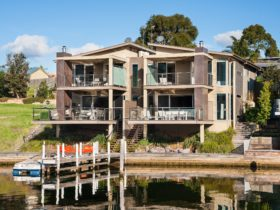 Gippsland Lakehouse - Waterfront setting