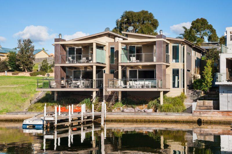 Gippsland Lakehouse - Waterfront setting