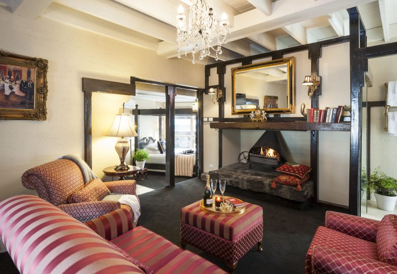 Hathaway Suite's Lounge, Log Fire & Queen 4 Poster Bed