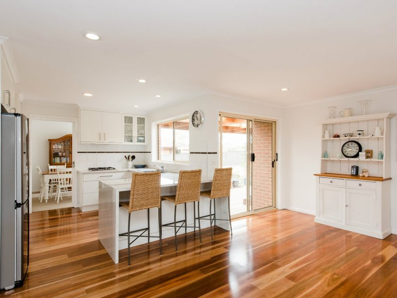 Fully equipped kitchen with dining table and breakfast bar
