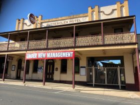 Front entrance to Rutherglen Poachers Hotel